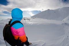 Zimy przygoda, młody podróżnik przewodzi szczyt Obraz Stock