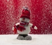 Zimy przyjazdowy pojęcie z bałwanem Ubierający czerwony kapelusz w śnieżnym outside pod i szalik Frontowy widok Horyzontalny skła Fotografia Royalty Free