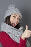 Zimy 20s dziewczyna wyraża jej ok z szczęściem Zdjęcie Stock