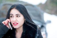 Zimy samochodowa awaria - młody piękny kobiety wezwanie dla pomocy, droga zdjęcie stock