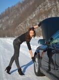Zimy samochodowa awaria - potomstwa fasonują kobiety próbuje załatwiać samochód obrazy stock