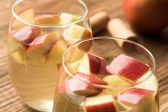 Zimy sangria z jabłkami i cynamonem Zdjęcie Royalty Free