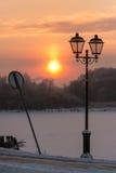 Zimy scena: lampion, zmierzch i łamany punkt zwrotny, zdjęcia royalty free