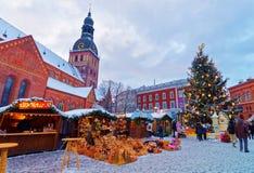 Zimy sceneria Bożenarodzeniowy wakacyjny jarmark przy kopuła kwadratem Obraz Stock