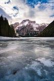 Zimy sceneria zamarznięty jeziorny Braies, Włochy Zdjęcia Stock