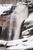 Zimy siklawa Mały staw i śnieżni głazy bellow kaskadę siklawa Krystaliczna mróz woda halna rzeka i dźwięki Obrazy Royalty Free