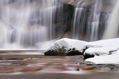 Zimy siklawa Mały staw i śnieżni głazy bellow kaskadę siklawa Krystaliczna mróz woda halna rzeka i dźwięki Obraz Stock