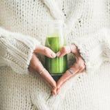 Zimy smoothie napoju sezonowy detox w kobiet rękach, kwadratowa uprawa zdjęcia stock