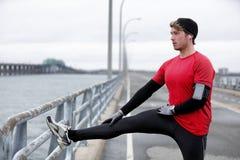 Zimy sprawności fizycznej bieg mężczyzna rozgrzewka rozciąga nogi zdjęcie royalty free