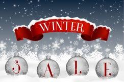 Zimy sprzedaży tło z czerwonym realistycznym tasiemkowym sztandarem i piłkami ilustracji