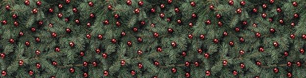 Zimy tło jedlinowe gałąź Ozdabiający z czerwonymi baubles więcej toreb, Świąt oszronieją Klaus Santa niebo Odgórny widok Xmas gra obrazy stock