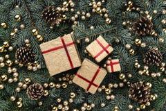 Zimy tło jedlinowe gałąź Ozdabiający z złocistymi baubles, rożkami i prezentami, więcej toreb, Świąt oszronieją Klaus Santa niebo obrazy royalty free