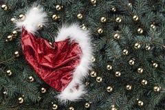 Zimy tło jedlinowe gałąź Ozdabiający z złotą baubles Santa nakrętką więcej toreb, Świąt oszronieją Klaus Santa niebo fotografia royalty free