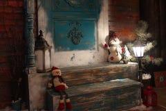 Zimy tło na krzesłach z światła, bałwanu i Santa klauzula, Wakacje synchronizują tutaj obrazy royalty free