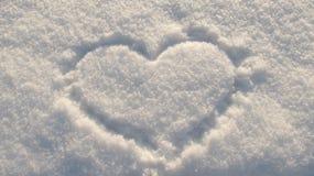 Zimy tło, serce rysujący w śniegu Obrazy Stock