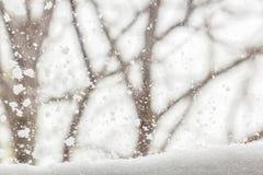 Zimy tło z śnieżystym widokiem na zewnątrz okno Obraz Royalty Free