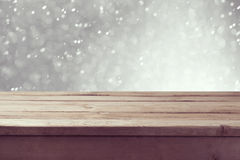Zimy tło z pustym drewnianym stołem i popielatym bokeh zdjęcie royalty free