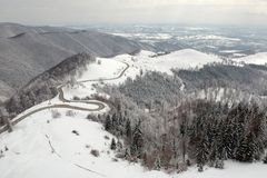 Zimy widok z lotu ptaka nad Transalpina mountainb droga zdjęcia stock
