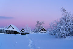 Zimy wioska przy zmierzchem Obrazy Stock