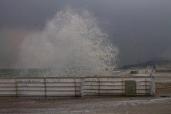 Zimy wybrzeże, fala rozbija w quay poręcz Zdjęcie Stock