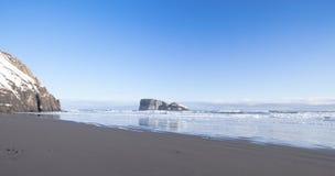 Zimy wybrzeże Pacyficzny ocean na Kamchatka Obrazy Stock