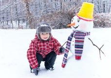 Zimy zabawa! Mój przyjaciela ja i bałwan jesteśmy w zima śniegu dniu Obraz Stock