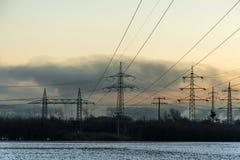 Zimy zasilania elektrycznego wierza krajobrazu zmierzchu wschodu słońca Śnieżny biały świt Zdjęcia Stock