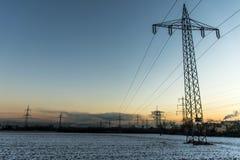 Zimy zasilania elektrycznego wierza krajobrazu zmierzchu wschodu słońca Śnieżny biały świt Obraz Stock
