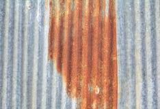 Zinchi decadimento del metallo ondulato arrugginito del fondo del modello di struttura della parete il vecchio Fotografia Stock