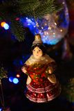 Zingaro fatto a mano della palla dell'albero di Natale con la samovar Immagini Stock Libere da Diritti