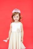 Zingend Feemeisje in wit over rode achtergrond Royalty-vrije Stock Foto's