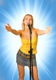 Zingend jong meisje Royalty-vrije Stock Afbeeldingen