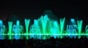 Zingende fonteinen De gloeiende gekleurde fonteinen en de laser tonen stock foto's