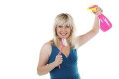 Zingende huisvrouw met schoonmakende agent Royalty-vrije Stock Foto