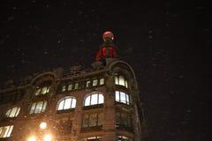 Zinger hus i vinter på natten royaltyfria foton