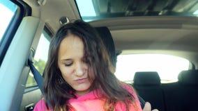 Zingt het tiener mooie meisje en danst in de auto op de zonneschijnachtergrond 3840x2160 stock video