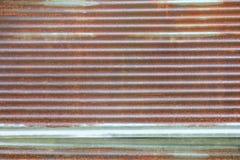 Zinguez nature de délabrement en métal ondulé rouillé de fond de modèle de texture de mur la vieille Photos stock