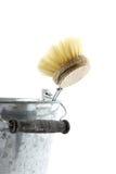 Zinkeimer mit Abwaschbürste Stockfoto