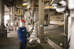 Zinkmijn de machine van de ingenieurscontrole in fabriek Royalty-vrije Stock Foto's