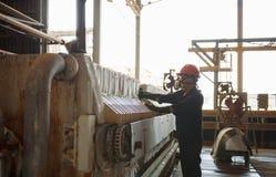 Zinkmijn de machine van de ingenieurscontrole in fabriek Royalty-vrije Stock Fotografie
