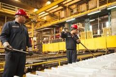 Zinkmijn de machine van de ingenieurscontrole in fabriek Royalty-vrije Stock Afbeeldingen