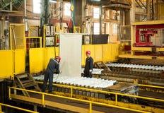 Zinkmijn de machine van de ingenieurscontrole in fabriek Stock Afbeeldingen