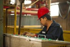 Zinkmijn de machine van de ingenieurscontrole in fabriek Royalty-vrije Stock Afbeelding