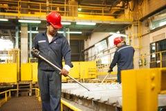 Zinkmijn de machine van de ingenieurscontrole in fabriek Stock Afbeelding