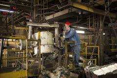 Zinkmijn de machine van de ingenieurscontrole in fabriek Royalty-vrije Stock Foto