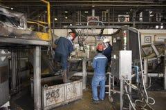 Zinkmijn, Ingenieurscontrole van machine in fabriek Royalty-vrije Stock Fotografie