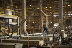 Zinkmijn, Ingenieurscontrole van machine in fabriek Royalty-vrije Stock Foto