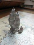 Zinn-Schiffs-Modell auf einer Seekarte stockfoto