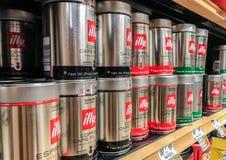 Zinn von Illy-Kaffeefiltern Lizenzfreies Stockfoto