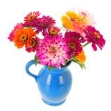 Zinnias e dalie del vaso dal giardino fotografie stock